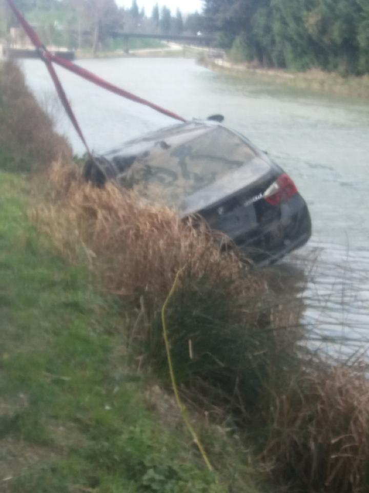 Grutage d'une voiture dans le Canal du Midi à Béziers